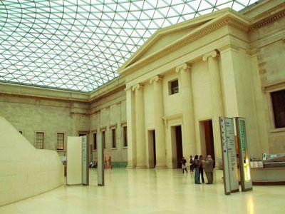正如中国北京的故宫一样,卢浮宫也曾是王宫.1792年,卢浮宫对公众